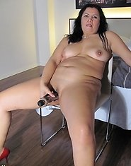 Kinky mature mama playing on her bed