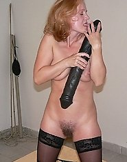 This mature slut really reaches a climax with this rubber shlong