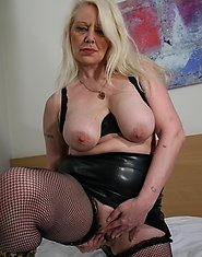 This horny mature slut gets nasty with herself